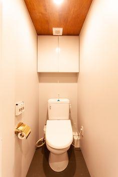 トイレ本体は既存利用。壁、床、天井をリノベーションで変えました。  #K様邸氷川台 #トイレ #toilet #真鍮 #ペーパーホルダー #トイレ収納 #Pタイル#張り天井 #EcoDeco #エコデコ #リノベーション #renovation Toilet, Interior, Flush Toilet, Indoor, Toilets, Interiors, Toilet Room, Bathrooms