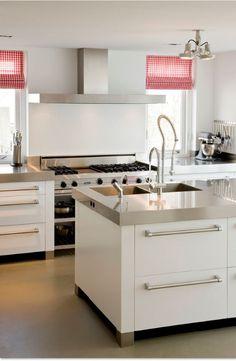 Luxe maatwerk keuken met vlakke massief eiken wit gespoten fronten met Viking handgrepen. Spoeleiland - Kookzijde met rangetop - RVS aanrechtbladen - The Living Kitchen by Paul van de Kooi
