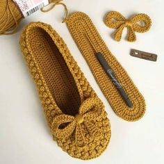 Delicate crochet shoes with step by step Crochet Booties Pattern, Crochet Slipper Pattern, Crochet Shoes, Knit Crochet, Pinterest Crochet, Knitting Patterns, Crochet Patterns, Mode Blog, Bobble Stitch