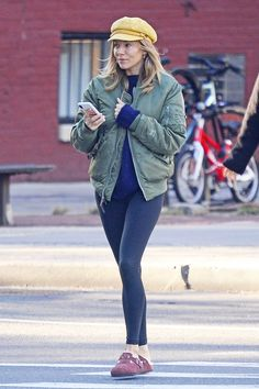 Leggings outfit baker boy hat clogs outfit leggings Finally: A New Legging Outfit Idea, Courtesy of Sienna Miller Legging Outfits, Nike Outfits, Leggings Outfit Fall, Athleisure Outfits, Sporty Outfits, School Outfits, Sock Leggings, Trendy Outfits, Clogs Outfit
