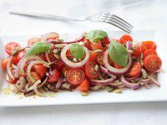 Raikas tomaatti-punasipulisalaatti Caprese Salad, Bruschetta, Bon Appetit, Food And Drink, Vegan, Ethnic Recipes, Drinks, Breakfast Ideas, Food And Drinks