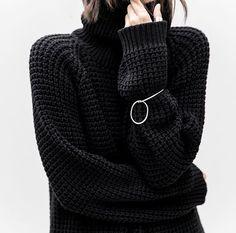 •black knit sweater with turtleneck  •jersey de punto negro con el anillo de cuello alto