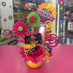 Creaciones D'encantos C.A.  (@dencantos) | Instagram photos and videos Gift Bouquet, Candy Bouquet, Balloons And More, Candy Crafts, Ideas Para Fiestas, Balloon Decorations, Mayo, Gift Baskets, Valentine Gifts