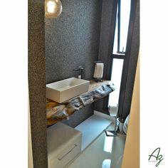 E no lavabo, uma bancada em madeira maciça da Az dá naturalidade ao projeto da Arquiteta e Urbanista Jassana Pozza 👌😍🔝