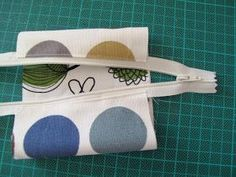 Voilà un petit porte-monnaie fort simple à réaliser, qui rendra moults services à son propriétaire. Et vous aurez utilisé quelques bandes de... Coin Couture, Couture Sewing, Sewing Hacks, Sewing Projects, Minis, Zipper Pouch Tutorial, Small Coin Purse, Luanna, Dressmaking