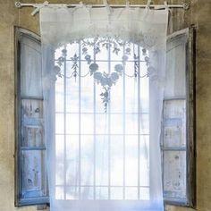 Soignez la décoration de votre maison avec ce magnifique rideau voilage brodé de chez Blanc Mariclo. Adoptez le style campagne chic que l'on aime.