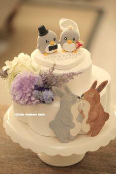 love penguins with initials base custom wedding cake topper, wedding ideas, ceremony, cake decorations ideas. #weddingthings #planning #cakedecor #cute #animalstopper #handmadecaketopper #unique #gift #clay #weddingseason #bride #groom #weddingdecoration #marriage #justmarried #couple #nozze #mariage #Boda #結婚式 #Hochzeit #KIKUIKESTUDIO