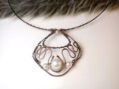 Fotogaléria šperkov, drôtený, tepaný a patinovaný medený šperk, drôtikovaný prívesok s minerálom, šperky s kameňom, perličky.