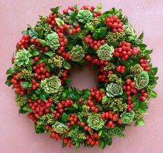 Jeřabiny jsou ideální do věnců. Tady jsou v buksusu a se sušenými květinami.: Xmas Wreaths, Door Wreaths, Month Flowers, Fall Decor, Holiday Decor, Diy Wreath, Floral Arrangements, Decoupage, Diy And Crafts