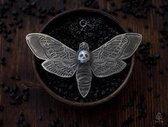 Gothic vlinder zwart zilveren ketting met gebeeldhouwde parel