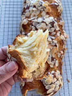 Greek Easter Bread, Greek Bread, Greek Cake, Easter Bread Recipe, Easter Deserts, Cake Recipes, Dessert Recipes, Greek Dishes, Easter Chocolate