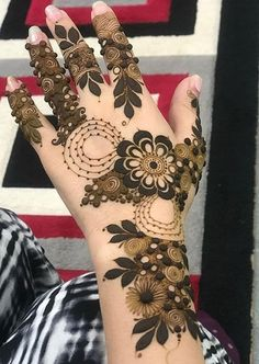 Check the latest mehndi designs 2020 simple and easy for hands, we have collected the most beautiful and decent henna design for hand, you never seen before Eid Mehndi Designs, Pakistani Mehndi Designs, Khafif Mehndi Design, Latest Henna Designs, Indian Henna Designs, Back Hand Mehndi Designs, Henna Art Designs, Mehndi Designs For Fingers, Mehndi Patterns