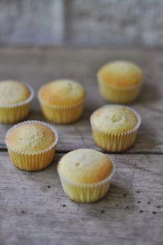 """Ich bin ganz erschrocken als ich den Eintrag für den letzten Beitrag für meine kleine Cupcake Schule gesehen habe. Mit all den Feiertage in letzter Zeit hab ich gar nicht daran gedacht mal was """"Grundlegendes"""" wie einen Vanille Cupcake zu backen. Daher gibts den heute für euch. Der Vanillekuchen geht sehr schön auf und...Read More »"""