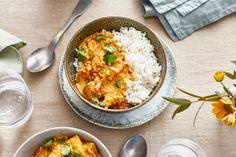 Erdnussöl eignet sich ganz hervorragend für asiatische Gerichte und wird wie auch Sesamöl traditionell für deren Zubereitung verwendet. Probiert doch unser Rezept für Hühnercurry mit Erdnussöl. Ethnic Recipes, Food, How To Cook Eggs, Meat, Traditional, Hoods, Meals
