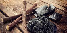 Raspeln Sie zwei bis drei cm Stark-Lakritz oder verwenden Sie einen TL fertiges Süßholzpulver (Gewürzhandel). Mischen Sie dies mit einem halben TL Vaseline und reiben Sie die Paste in die Hornhaut ein. Östrogenähnliche Substanzen der Süßholzwurzel machen die verhärtete Haut wieder weich.