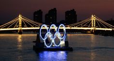 Albert Bridge is illuminated behind a set of Olympic Rings @telegraph.co.uk