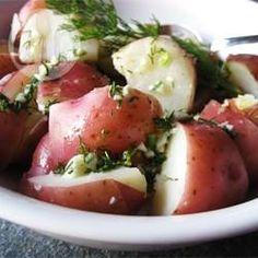 Neue rote Kartoffeln mit Dill und Knoblauch - Eine einfache leckere Kartoffelbeilage, bei der rote Kartoffeln erst gedämpft und dann mit Butter, Dill und Knoblauch vermengt werden. @ de.allrecipes.com