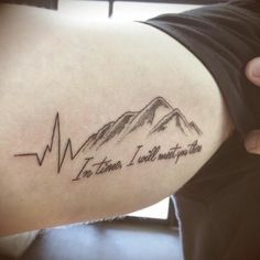 tatuaje de latidos de corazón y montaña