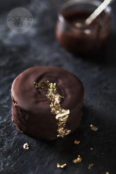 The individual layers of caramel make the cake more moist and unbelievably delicious. (in German with English link) Chocolate Delight, I Love Chocolate, Chocolate Lovers, Chocolate Recipes, Chocolates, Cake Cookies, Cupcake Cakes, Tarte Caramel, Blog Patisserie