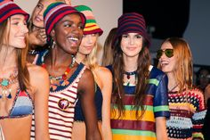 En backstage du défilé Tommy Hilfiger printemps-été 2016 à New York, jamaïque, couleurs, bob