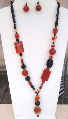 Cristina Crijoux: Rosso e Nero Mix Paper Jewelry, Bead Jewellery, Boho Jewelry, Jewelry Sets, Beaded Jewelry, Fashion Jewelry, Diy Necklace, Necklace Designs, Stone Necklace