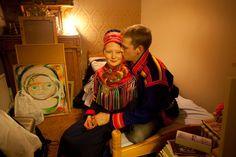 スンナカティ・スカルチェと恋人のヨハン・カールソン。友人や家族と一緒にスウェーデン北部のヨックモック・マーケットへ出かけるための支度をしているところだ。ヨックモック・マーケットには何百人ものサーミが集い、余興、展示、トナカイレース、食べ物や手工芸品の出店を楽しむfrom National Geographic Japan