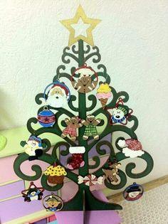 Arbolito de navidad con esferas de madera country pintado a mano por gretell sugey