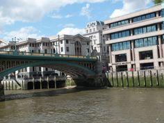 Gleich geht es unter der London Bridge hindurch