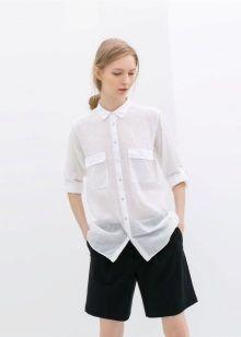 Шорты различных оттенков и фасонов также могут стать отличным дополнением образа с белой блузкой. Стоит заметить, образ с шортами сейчас не стоит ассоциировать исключительно с летним временем года. Очень распространен вариант комбинирования классических черных шорт и белой блузки.