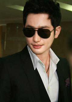 Park Si Hoo Definition Of Cute, Park Si Hoo, Watch Korean Drama, Drama Fever, Gong Yoo, Korean Actors, Mens Sunglasses, Handsome, Bing Images