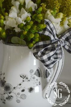 Decorating with Black, White and Green Beautiful Home Gardens, Beautiful Homes, White Cottage, French Cottage, S Girls, Girly Girls, Country Kitchen, Gingham, Floral Arrangements