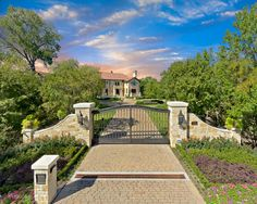 Exterior Iron Gates Design Ideas, Pictures, Remodel, and Decor - page 12 Driveway Entrance Landscaping, Driveway Design, Driveway Gate, Farm Entrance, House Entrance, Entrance Ideas, Entrance Design, Front Gates, Entrance Gates