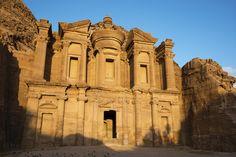 As ruínas de Petra – uma das novas maravilhas do mundo - El Deir, o Monastério  Copastur Prime