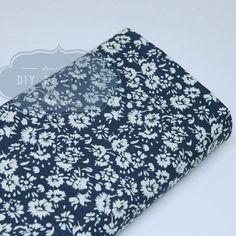 Tissu fleurs style liberty fond bleu marine.