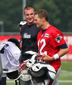 Rob Gronkowski and Tom Brady chat as they take off their pads at the end of practice. To be a fly in that locker room Best Football Team, Nfl Football, Football Players, Football Pads, American Football, New England Patriots Football, Patriots Fans, Julian Edelman, Rob Gronkowski