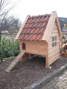 Kippen nachthok met oude dakpannen, gemaakt van douglas hout ( gepotdekseld).