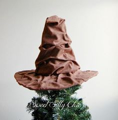 The Sorting Hat Tree Topper, Harry Potter Sorting Hat Christmas Tree Topper by SweetSillyChic on Etsy Harry Potter Navidad, Harry Potter Weihnachten, Diy Christmas Tree Topper, Christmas Themes, Christmas Diy, Xmas Tree, Harry Potter Christmas Tree, Hogwarts Christmas, King Kong
