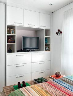"""A parede em frente à cama é preenchida pelo armário e por uma marcenaria embutida, com 51 cm de profundidade, que faz às vezes de estante. """"Aproveitei o pé-direito inteiro e incluí um nicho grande para a TV, vãos abertos e fechados e, ainda, seis gavetões, que deixam tudo na mais perfeita ordem"""", destaca a designer Ana Maria Mouawad."""