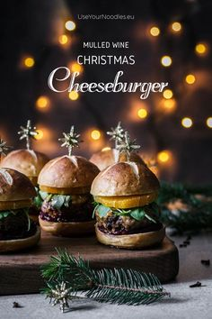 All the amazing tastes of Christmas in one mulled wine Christmas cheeseburger. Who says Christmas should be celebrated with a roast? Best Christmas Cookies, Christmas Wine, Christmas Recipes, Cozy Christmas, Christmas 2019, Hot Dog Recipes, Whole Food Recipes, Fish Burger, Food Graphic Design