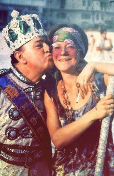 O Rei Momo beija Janis Joplin em Copacabana, no Carnaval de 1970, em foto de Ricky Ferreira.