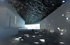 Vandaag opent president Macron het Louvre Abu Dhabi. Het museum past fraai in de omgeving, maar bij de bouw was weinig aandacht voor de arbeidsomstandigheden.