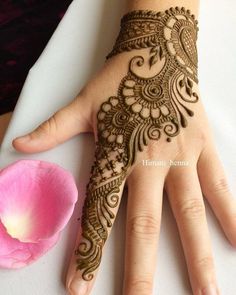 Top handpicked Arabic mehndi designs of Find unique and simple Arabic mehendi designs for hands and legs for weddings. Pretty Henna Designs, Simple Arabic Mehndi Designs, Mehndi Designs For Girls, Mehndi Designs For Beginners, Stylish Mehndi Designs, Dulhan Mehndi Designs, Mehndi Design Photos, Wedding Mehndi Designs, Mehndi Simple
