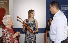 """Su Majestad la Reina Letizia con uno de los violines elaborados en el taller del maestro luthier, Diego del Valle Conservatorio Superior de Música """"Eduardo Martínez Torner"""". Oviedo, 16.07.2015"""