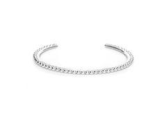 Bracelet manchette perlé en argent.Un motif inspiré du cercle, véritable fil conducteur de nos créations. Collection permanente Agnes de Verneuil.