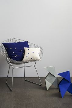 coussin bleu La Cerise sur le Gateau//Hëllø Blogzine blog deco & lifestyle… Le Grand Bleu, Bleu Indigo, Big Game, Interior Design, Chair, Furniture, Blog Deco, Home Decor, Origami