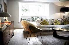beautiful shoot factory home Chill Out Room, Winter Living Room, Bright Pillows, Dark Furniture, Beautiful Space, Beautiful Things, Grey Walls, Living Spaces, Sweet Home