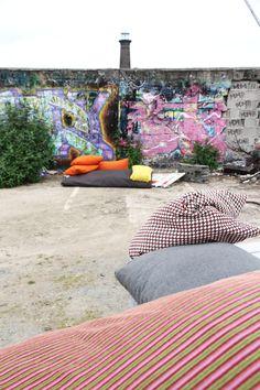 Individuell gefertigte Bodenkissen für den Innen- und Außenbereich von ADAM PILLOWS