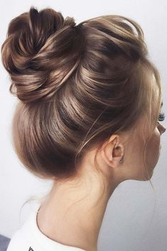 Simple High Brown Buns ❤️ See our collection of elegant prom hair updos, as this important event is approaching and you need to start preparing. Cute Bun Hairstyles, Undercut Hairstyles, Down Hairstyles, Gorgeous Hairstyles, Medium Hair Styles, Curly Hair Styles, Cute Buns, Moda Emo, Corte Y Color