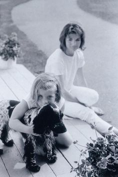 Jackie and Caroline - The Kennedy family is an American family of Irish descent who are prominent in American politics and government. Jackie and Caroline Kennedy hugging her dog Jaqueline Kennedy, Les Kennedy, Jacqueline Kennedy Onassis, Carolyn Bessette Kennedy, Lee Radziwill, Familia Kennedy, John Junior, John Fitzgerald, Iconic Photos
