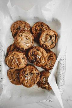 Dessert: Vegan Chocolate Chip Walnut Cookies - uses olive oil Gourmet Cookies, Cookies Vegan, Vegan Cupcakes, Healthy Cookies, Chocolate Chip Walnut Cookies, Vegan Chocolate, Chocolate Torte, Chocolate Chips, Caramel Cookies